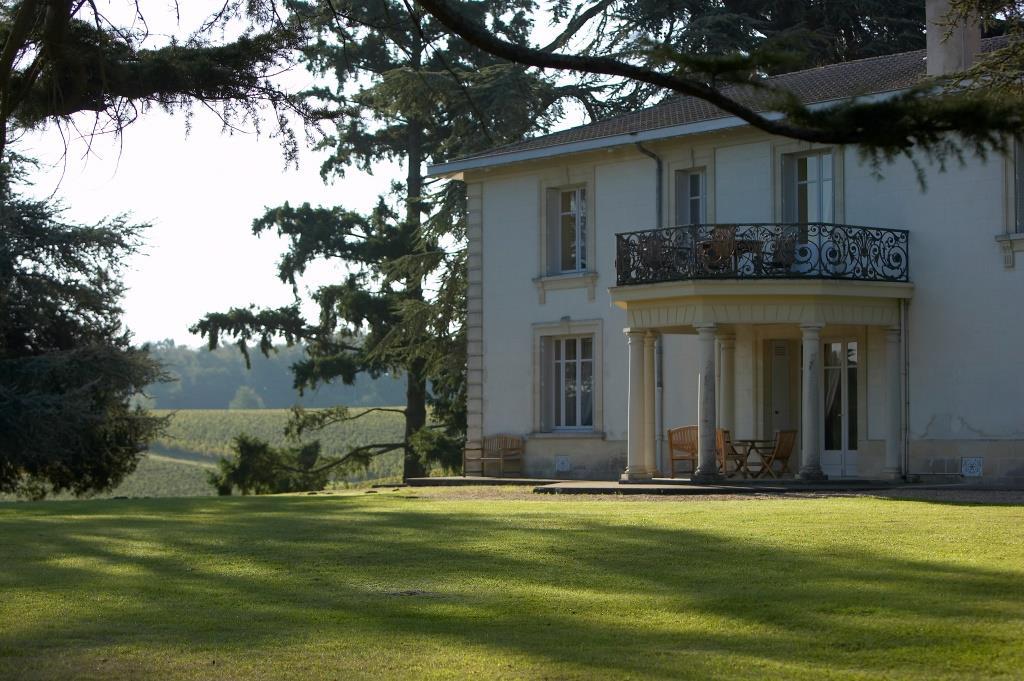 photo-chateau-pey-la-tour-bordeaux-dominant-les-vignes-chateau-pey-la-tour-fr-0.jpeg